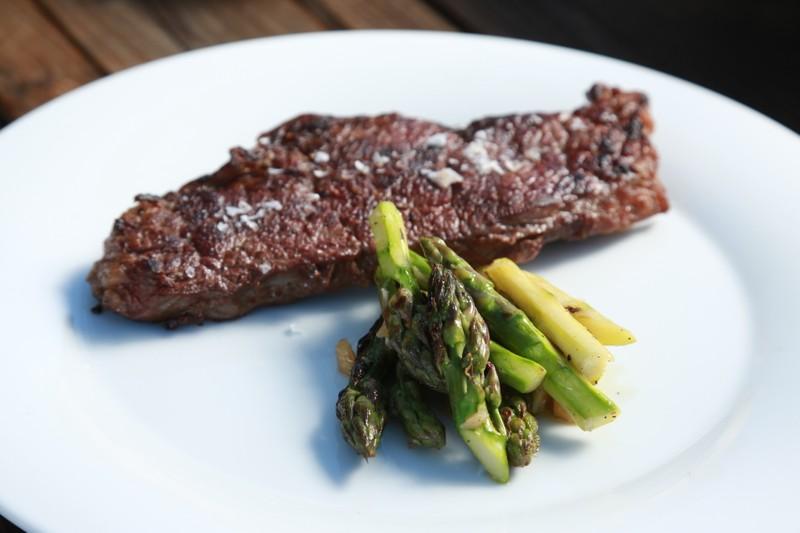 Steak s chřestovým salátem