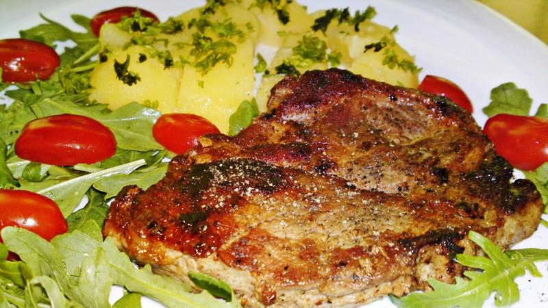 Grilovaná krkovička se salátem z rukoly