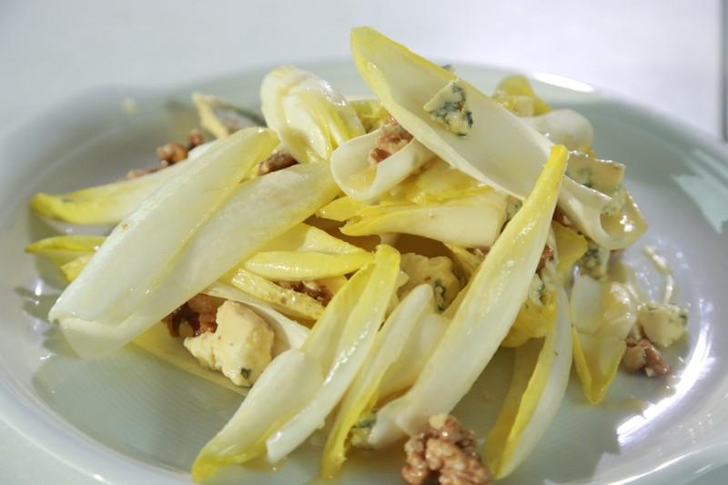 Čekankový salát s modrým sýrem