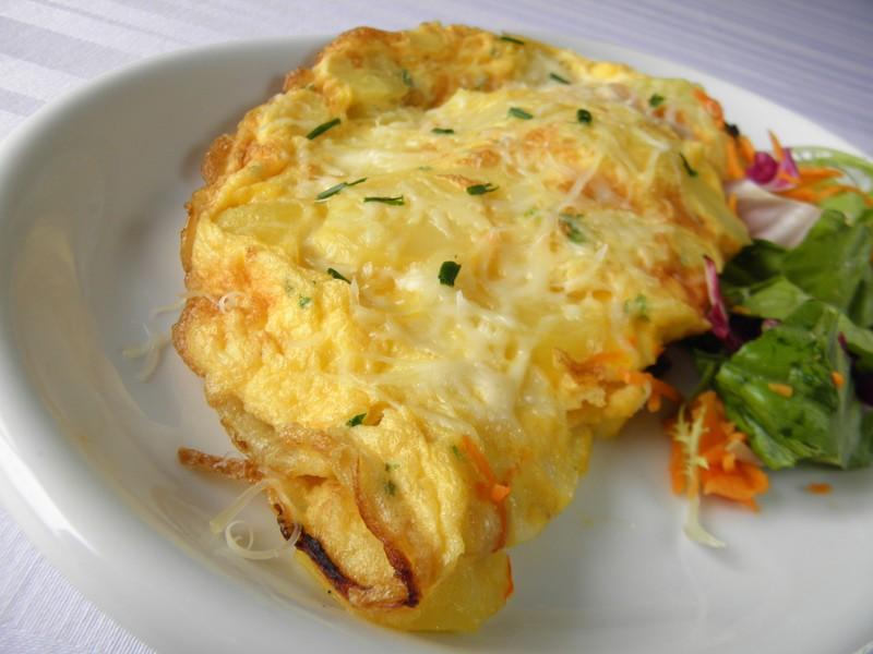 Vaječná omeleta s bramborem a ředkví