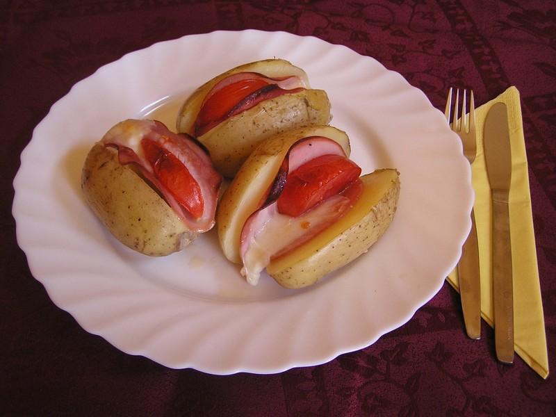 Plněné zapékané brambory