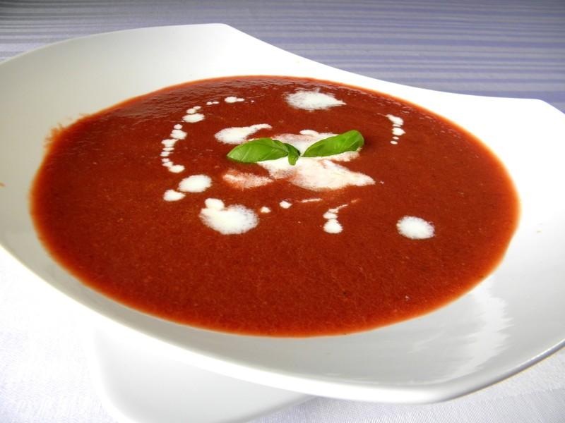 Pikantní polévka z červené řepy a rajčat