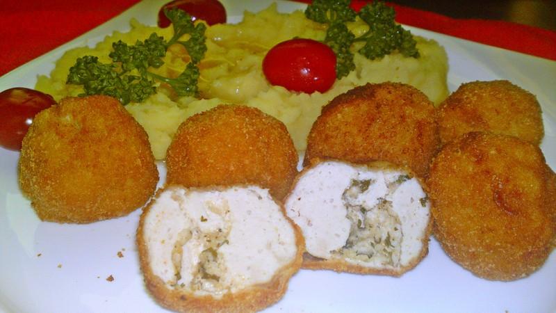 Smažené kuličky z kuřecího masa plněné bylinkovým máslem
