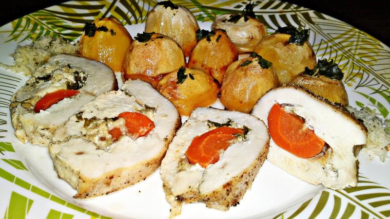 Roláda z kuřecích prsou plněná kysanou smetanou, sýrem a mrkví