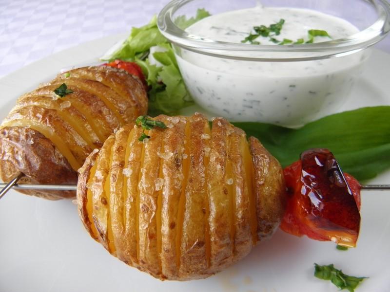 Pečené brambory s česnekovým dresinkem