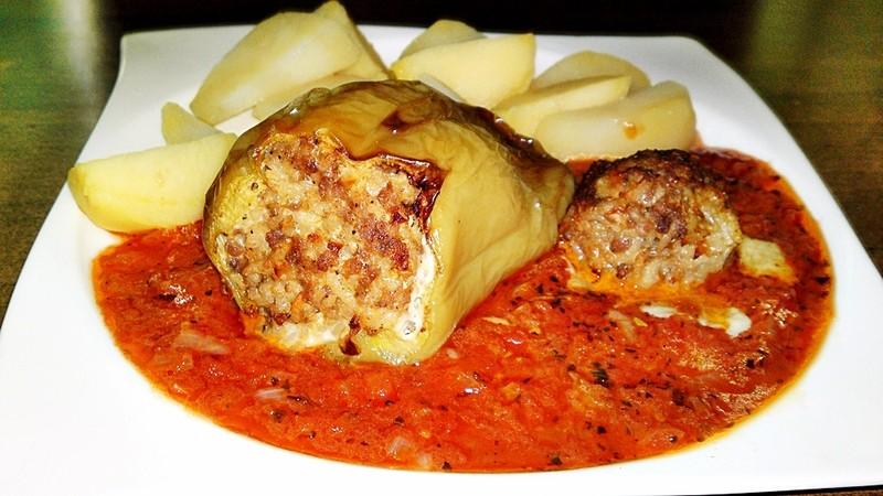 Pečené plněné papriky v Sugo di pomodoro