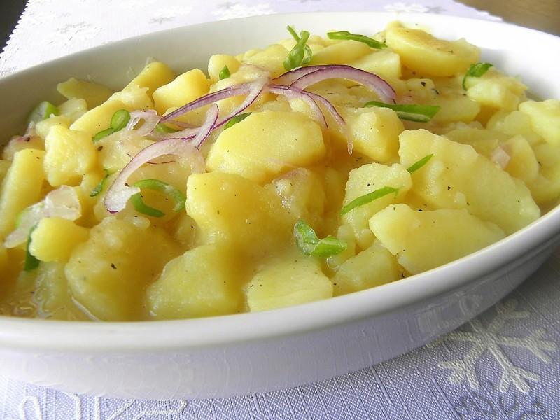 Německý bramborový salát s cibulí