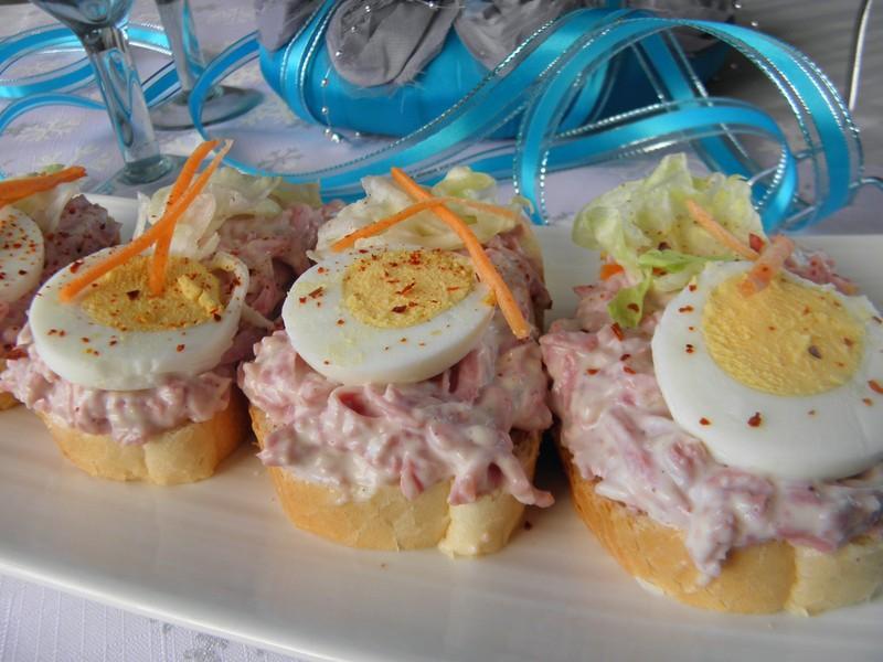 Pikantní česnekovo-salámové chuťovky