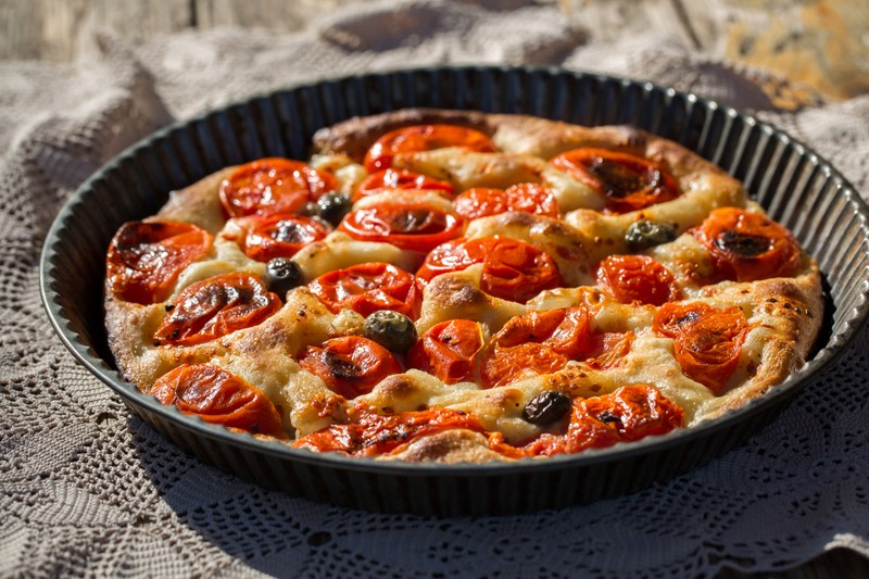 Focaccia s cherry rajčátky a olivami