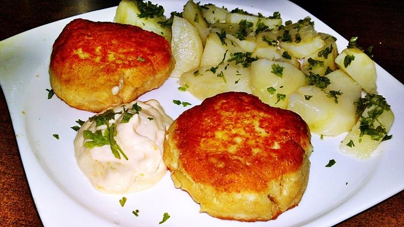 Smažený uzený sýr s novými brambory