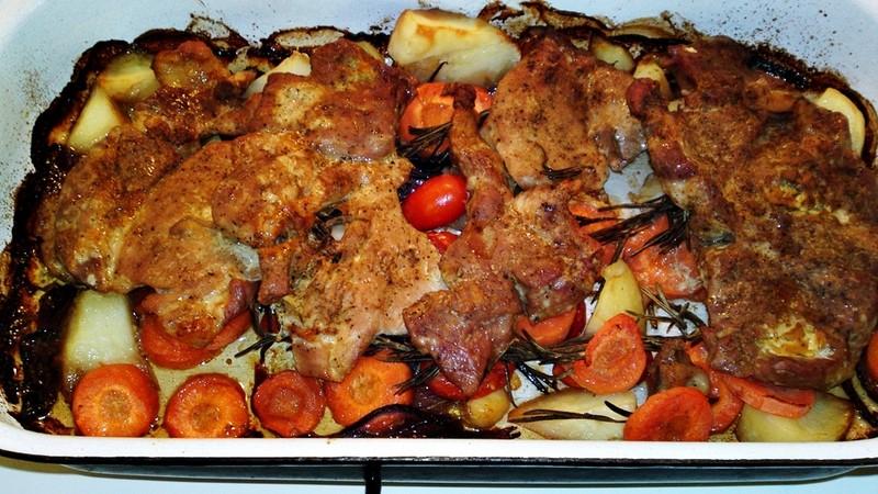 Marinovaná krkovička na zeleninovém lůžku
