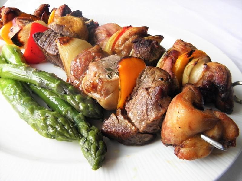 Grilované špízy se třemi druhy masa