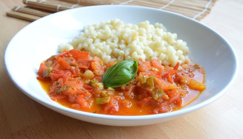 Těstoviny s rajčatovým lečem