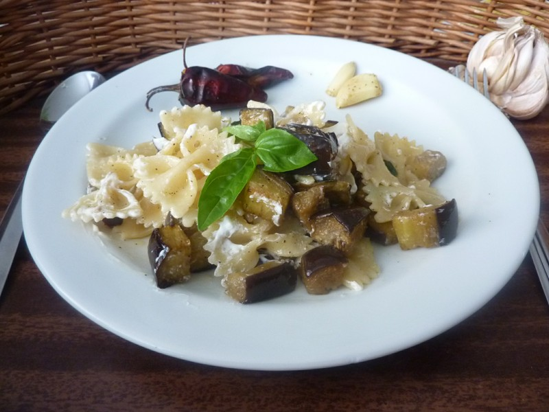 Těstoviny s lilkem, česnekem a bazalkou