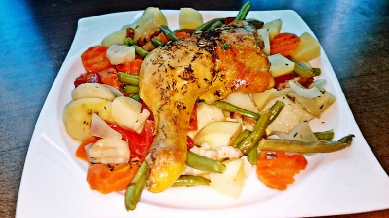 Pečená kuřecí stehna na víně a jarní zelenině