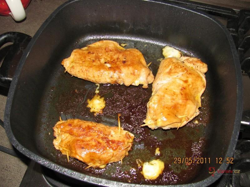 Plněný kuřecí plátek s nivou