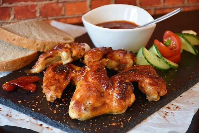Kuřecí křídla na grilu s chilli omáčkou