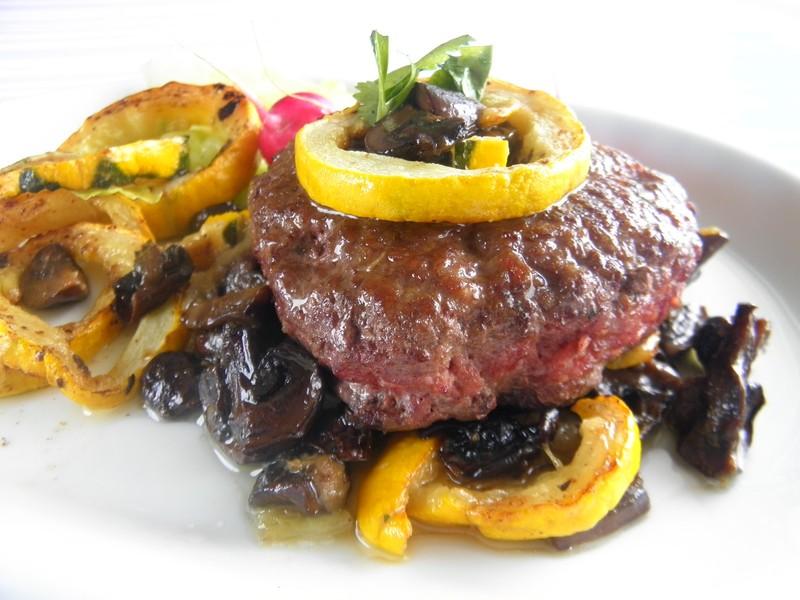 Sekaný hovězí biftek se žampiony a cuketou