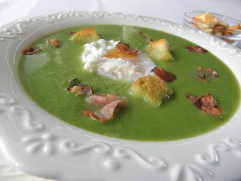 Hrášková polévka s vejcem a slaninou