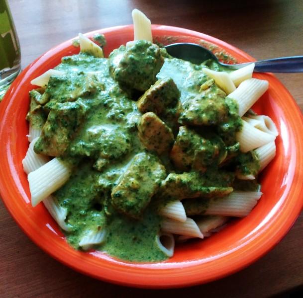 Penne se špenátovou omáčkou na curry a kuřecím masem