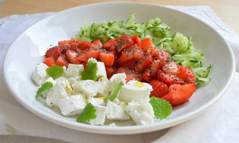 Okurkovo-jahodový salát s kozím sýrem