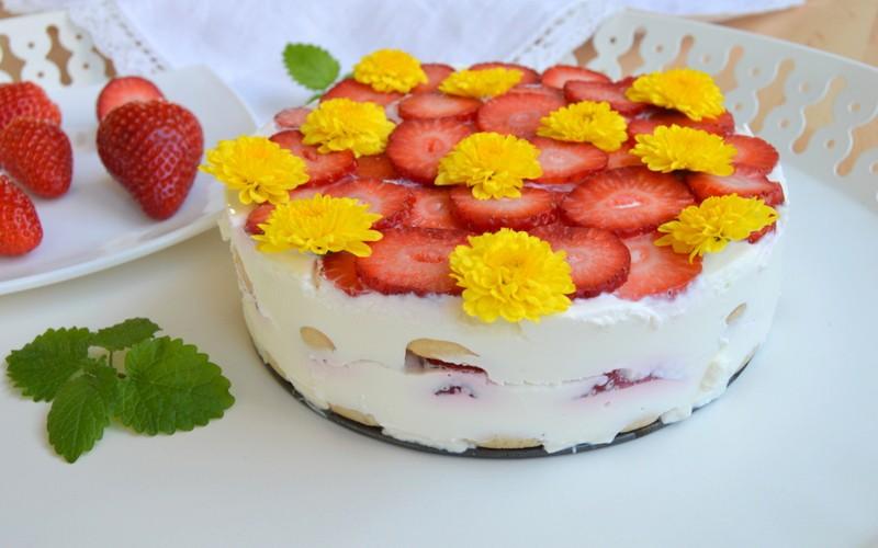 Piškotový dort se zakysanou smetanou a jahodami
