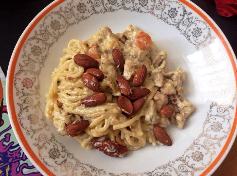 Špagety se sýrovou omáčkou a mandlemi