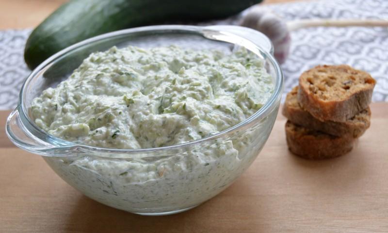 Okurkový salát se smetanou a česnekem