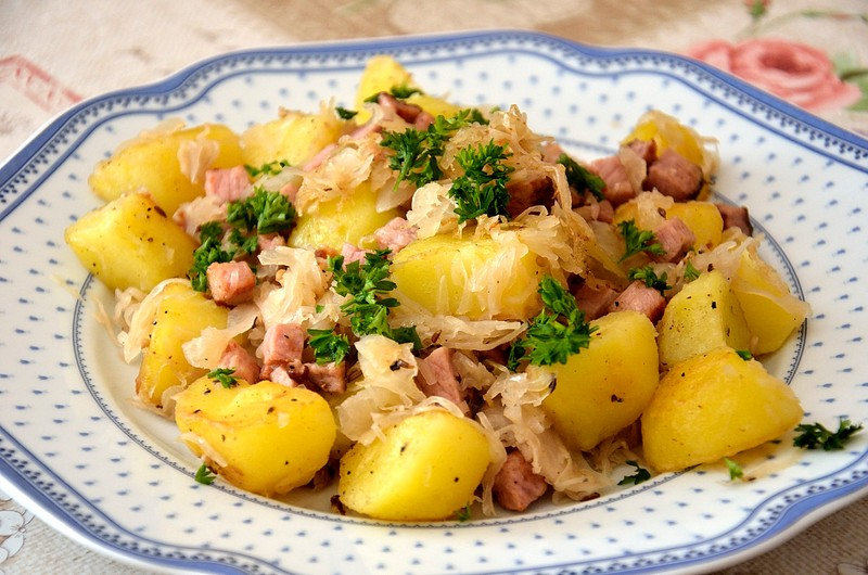 Opékané brambory s uzeným a kysaným zelím