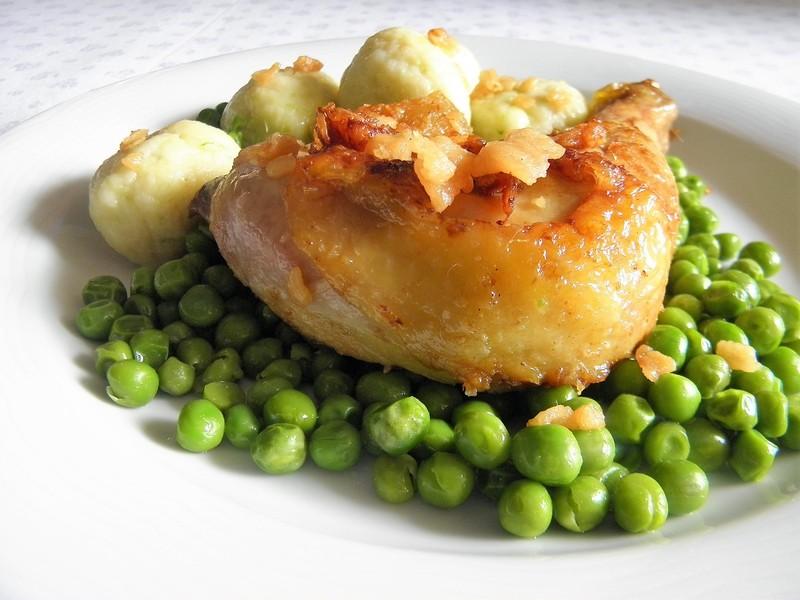 Pečená kuřecí stehna se slaninou a hráškem