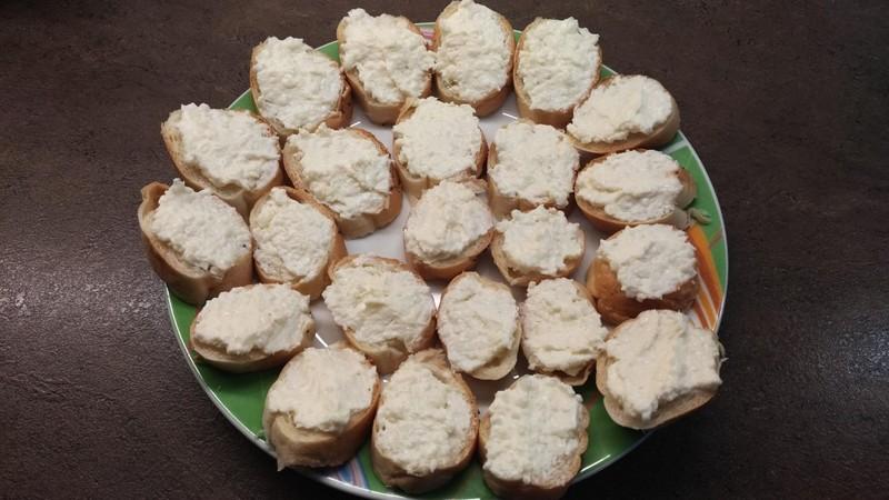 Domácí česneková pomazánka se sýrem