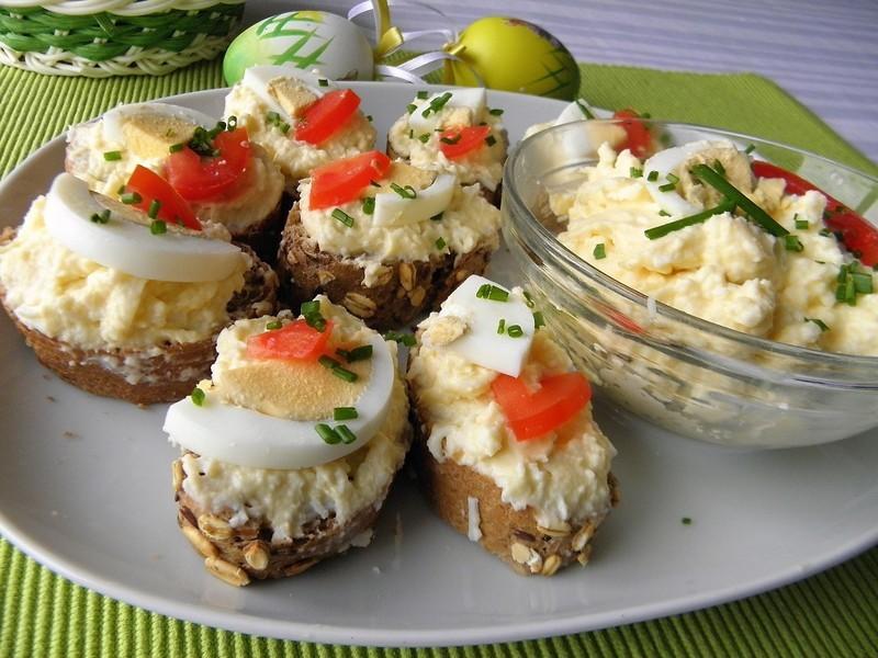 Vajíčková pomazánka se sýrem a česnekem
