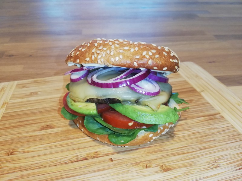 Soutěžní portobello burger s avokádem na grilu