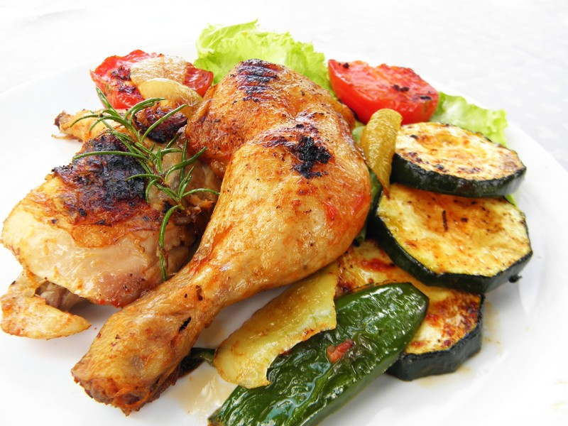 Kuřecí stehna na grilu se zeleninou