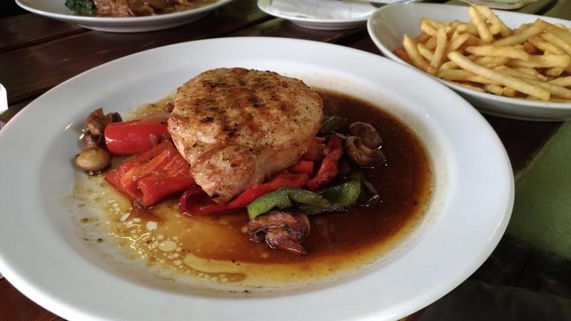 Kuřecí steak s dušenou paprikou a žampiony