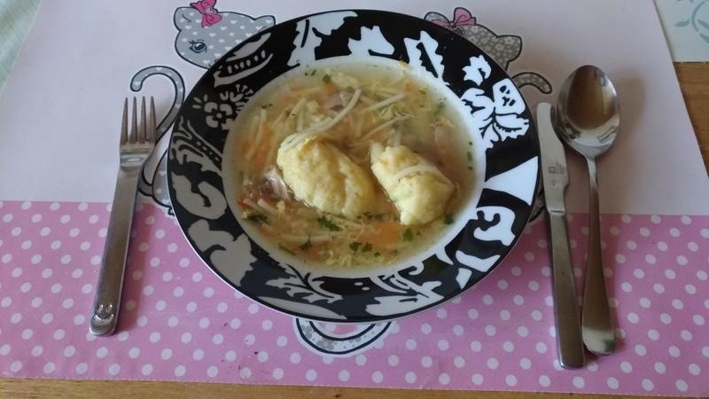 Jarní polévka s krupicovými knedlíčky