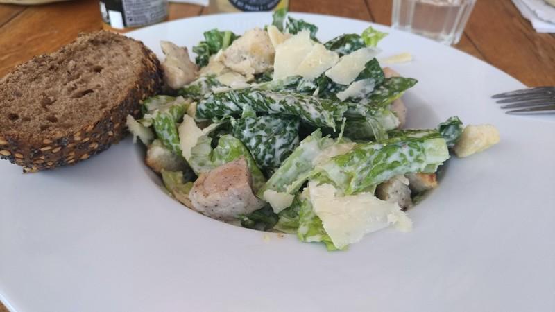 Listový salát s kuřecím masem a parmezánem