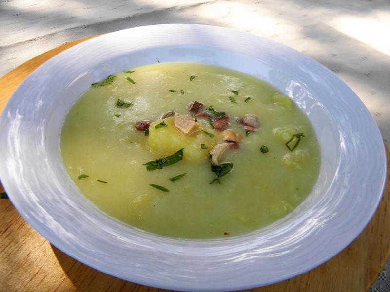 Bramborová krémová polévka s hříbky