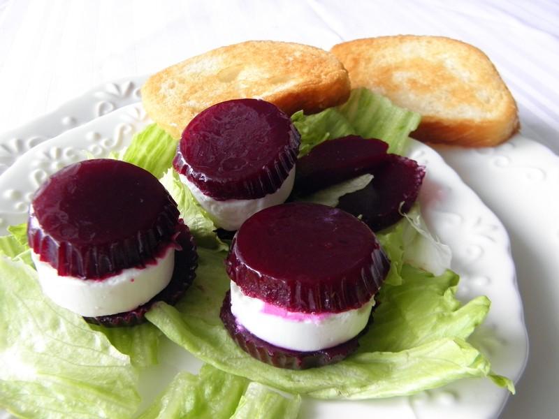 Kozí sýr s řepným želé na ledovém salátu