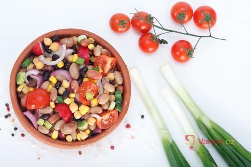 Ostrý salát s fazolemi
