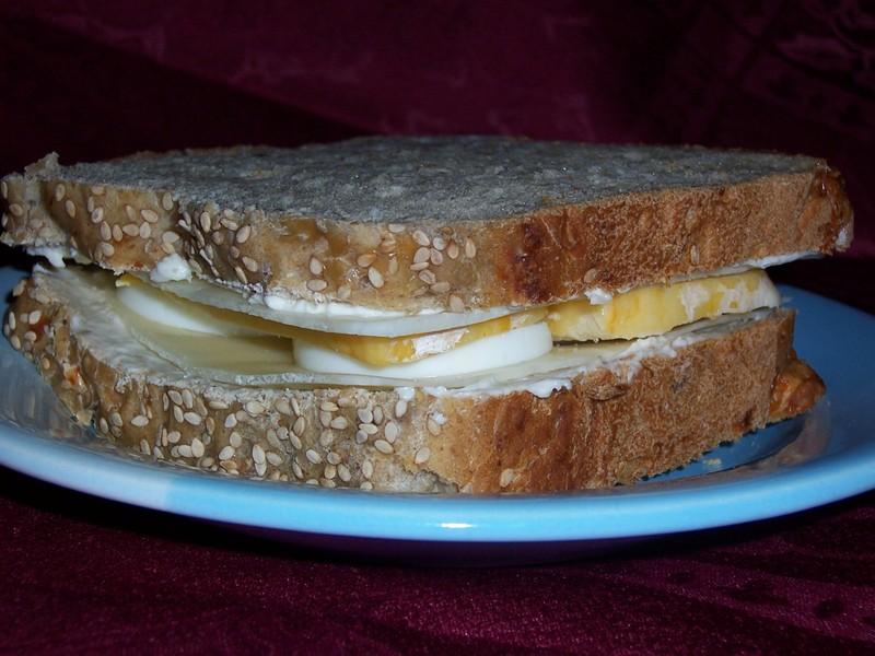 Sýrový sendvič s vejcem