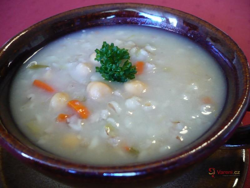 Kroupová polévka s cizrnou
