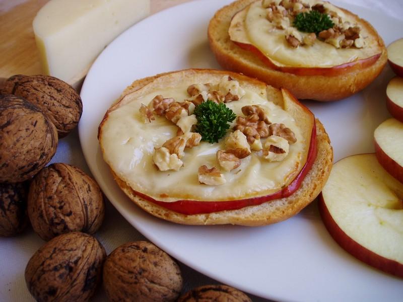 Sýrové řezy s jablky