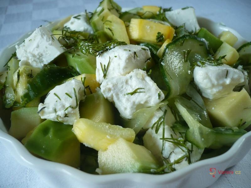 Okurkovo-avokádový salát se sýrem