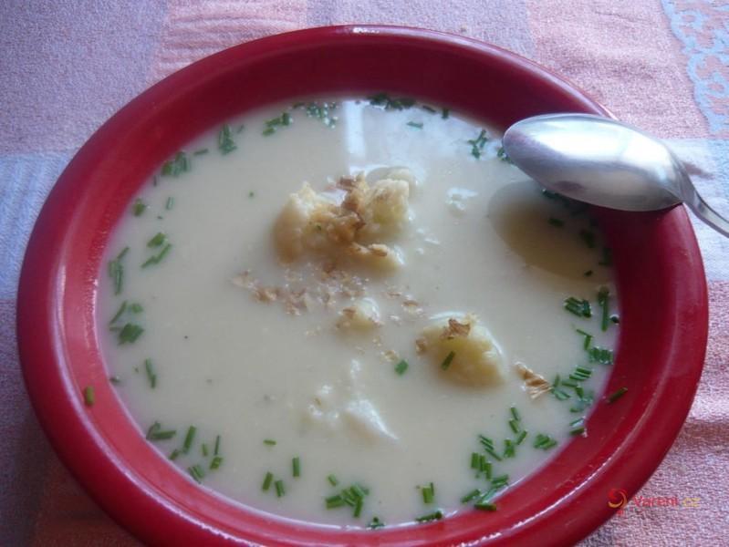 Květáková polévka s nivou a ořechy
