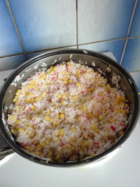 Krabí tyčinky s rýží a kukuřicí