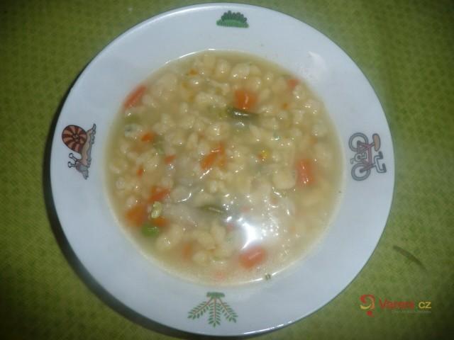 Kmínová polévka s bazalkovými nočky