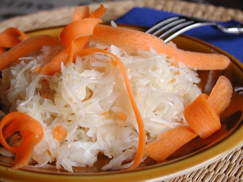 Pikantní salát z kysaného zelí