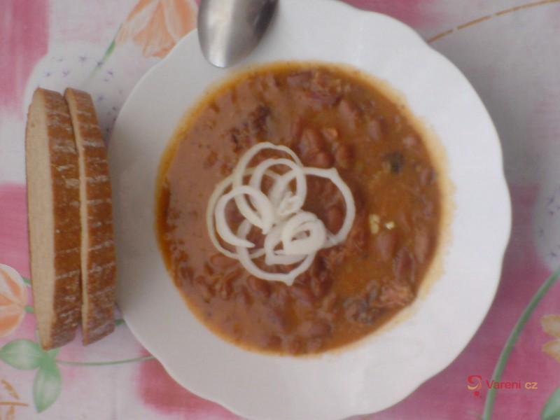 Horňácký guláš z uzeného s fazolemi