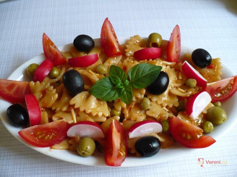 Pestrý těstovinový salát se zeleninou